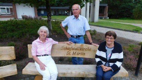 St. Martin freut sich über neue Sitzbänke vor dem Schafstall