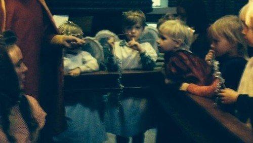 Alle børn rundt om krybben - julegudstjeneste i Apostelkirken