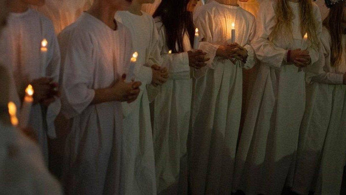 Julen synges ind med Luciaoptog v/Bettina c; Tranberg og konfirmanderne. Efter gudstjenesten byder kirken på kaffe og julekage