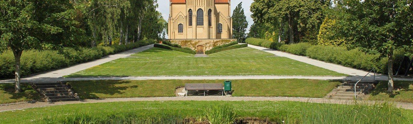 Menighedsmøde med rundvisning, kirkegårdsvandring, koncert og fællessang