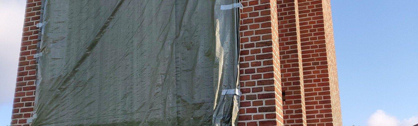 Fernisering af nye billeder på kirketårnet