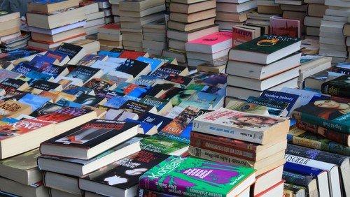 Benefiz-Bücher-Basar mit Briefmarkenbörse und Café