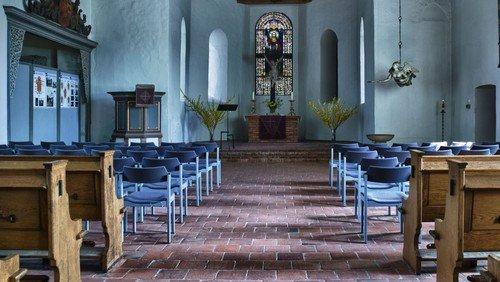 Volkstrauertag mit Kranzniederlegung vor der Kirche
