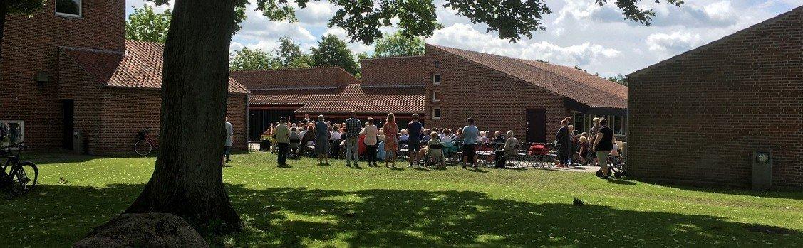 Friluftsgudstjeneste v/ Lisbeth Petersen + kirkefrokost.