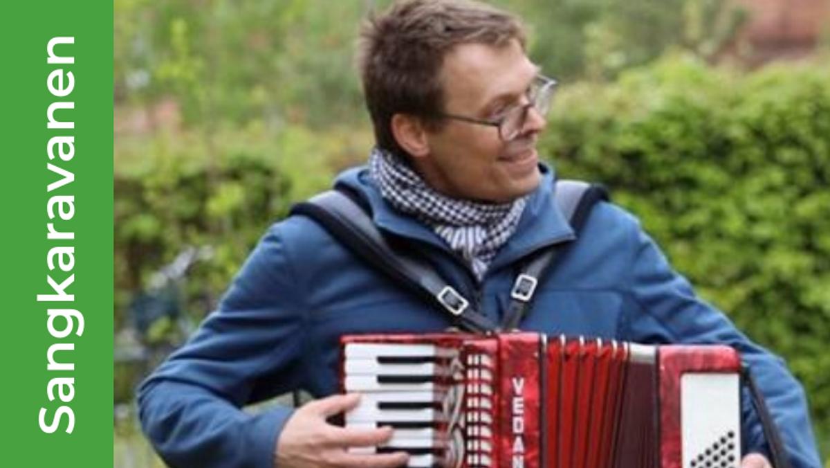 Sangkaravanen med Hugo Jensen på harmonika går rundt i De Gamles By