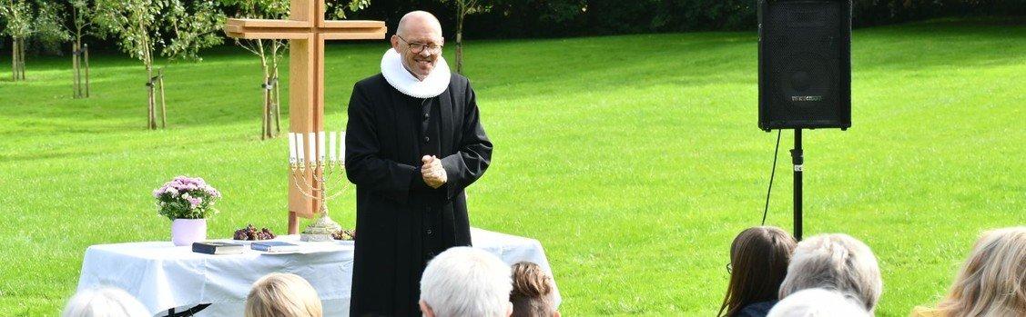 Gudstjeneste i Præstegårdshaven i Storring