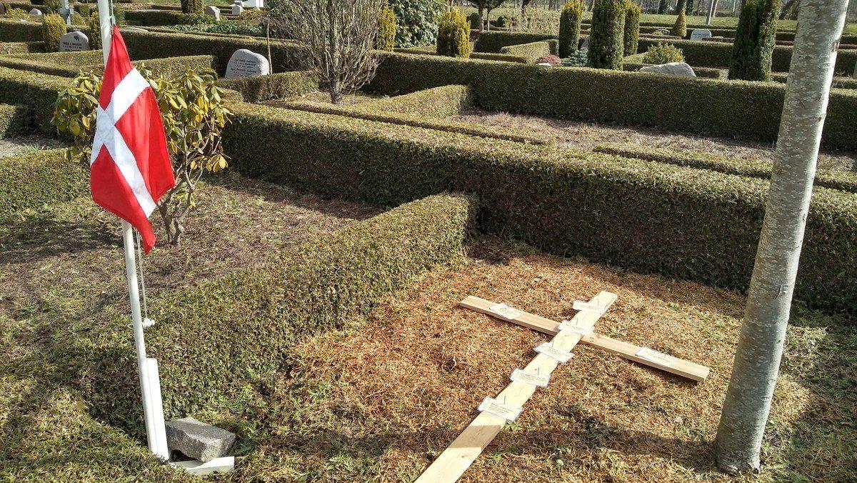 Langfredag. Billedprædiken på kirkegården. Se  Fra Præsterne