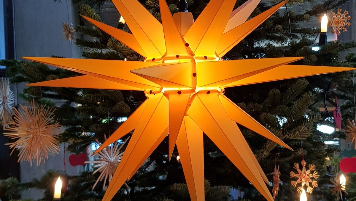 Christvesper mit weihnachtlicher Kirchenmusik mit Hrn.  Zumkehr an der Orgel, drinnen