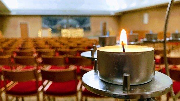 En stille stund i kirkerummet