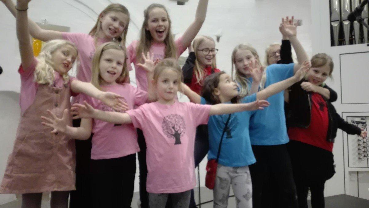 Gudstjeneste i Baunekirken (NB! friluftsgudstjeneste ved Hedeagerkirken aflyst) - Singing Superkids og alle præster medvirker