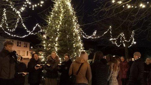 Spejdergudstjeneste i Hellevad Kirke og tænding af byens juletræ