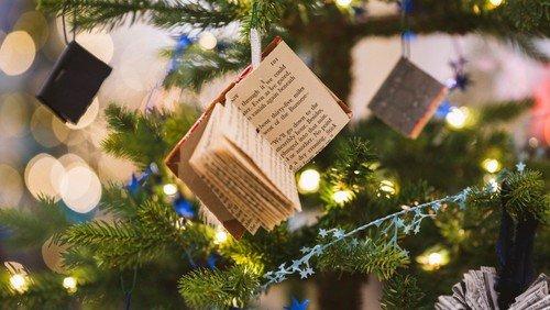 Pynt af juletræ i Sognegården