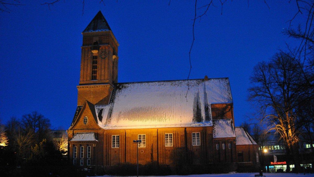 Adventssingen auf der Wiese hinter der Anscharkirche
