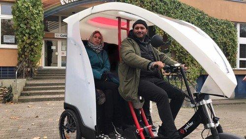 Fahrrad-Rikscha unterstützt auf dem Pilgerweg