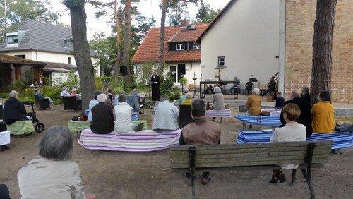 Gottesdienst im Außengelände in Matthias-Claudius