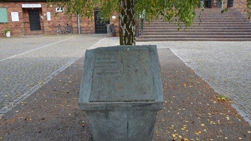 """""""Pogromgedenken am Stein"""" mit anschließender Lesung im Gemeindesaal"""