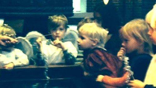 Alle børn rundt om juletræet i Apostelkirken