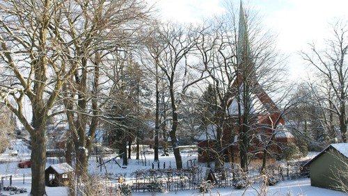 Kirchengelände im Schnee