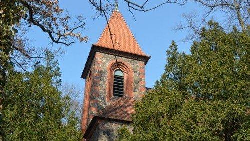 Gottesdienst neben der Dorfkirche