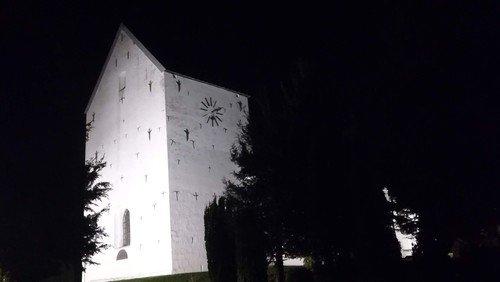 """AFLYST: Fyraftensandagt i Nørre Snede Kirke - """"Nu går solen sin vej"""" - Tid til stilhed og eftertanke."""