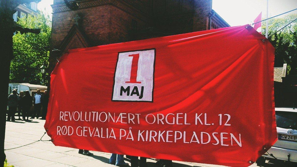 1. maj med Revolutionært orgel og rød Gevalia på pladsen