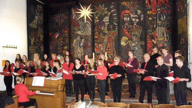 Weihnachtliches Singen im Kirchgarten in Konradshöhe