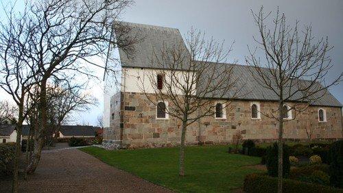 Aftensang i stearinlysenes skær i V. Thorup Kirke