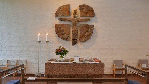 Kirken er åben - der afholdes  korte andagter