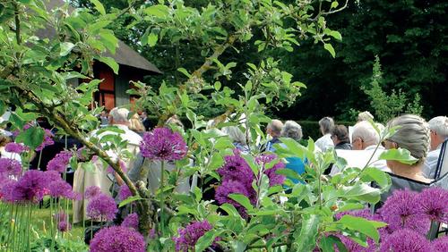 Friluftsgudstjeneste i Sanderumgårds have