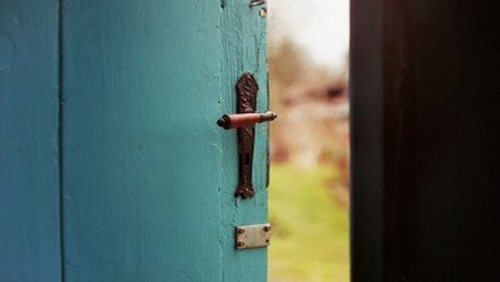 Åben Kirke - kirkerummet er åbent, til bøn, tanker, ro , lystænding, ....