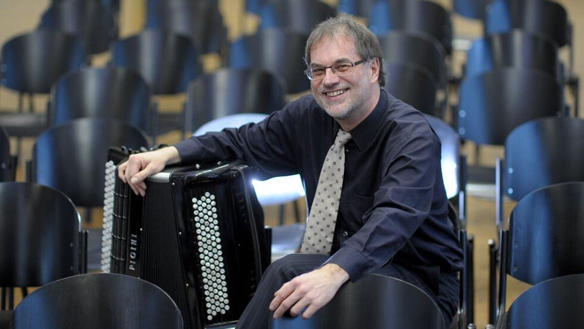 Prof. Helmut C. Jacobs spielt: Astor Piazzolla | Kirche und Kultur