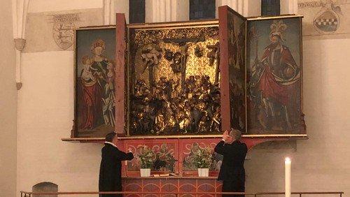 Påskenatsandagt, altertavlen åbnes