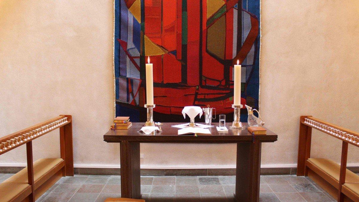 Fysisk og digital højmesse med dåb