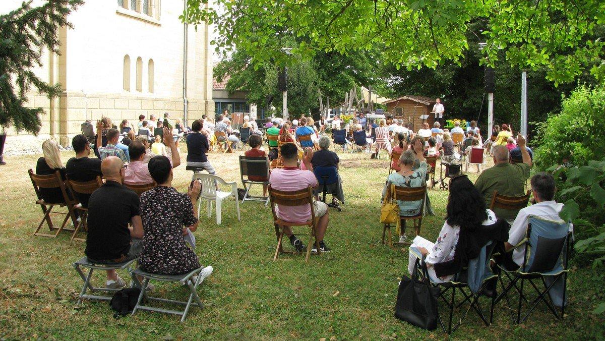Open Air Gottesdienst (neben der Kirche)