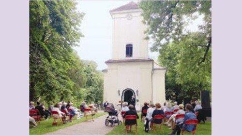 Open-Air-Gottesdienst mit Jubiläumskonfirmation unter dem Zeltdach vor der Dorfkirche