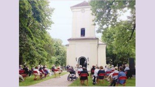 Open-Air-Gottesdienst mit Konfirmation unter dem Zeltdach vor der Dorfkirche