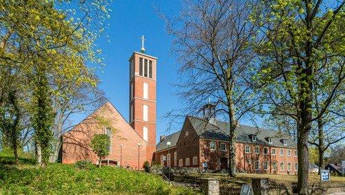 Freiluft-Gottesdienst vor der Apostel-Paulus-Kirche zu Christi Himmelfahrt gemeinsam mit der Kirchengemeinde Frohnau