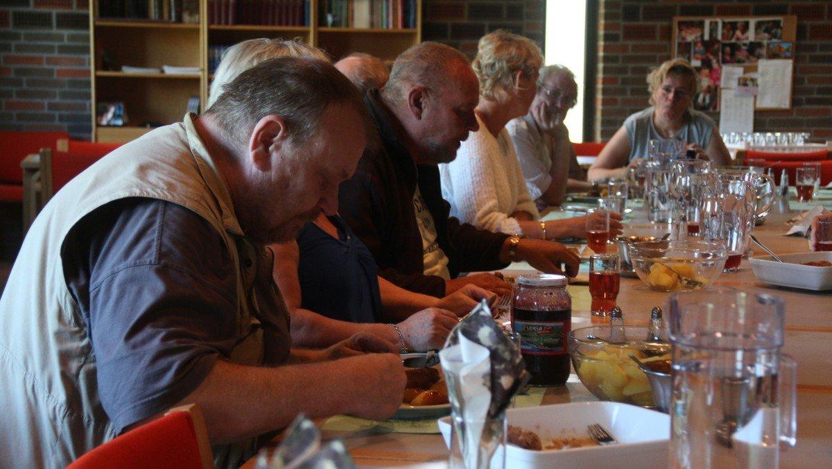 Spisestuen - Michael spiser med