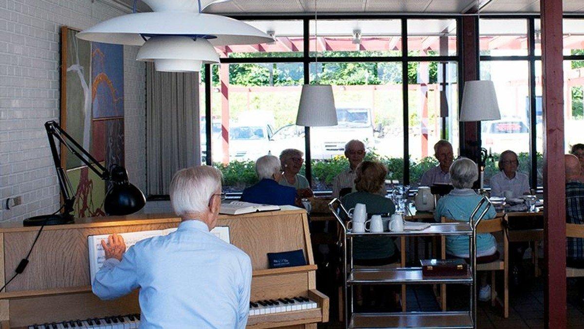 Kirkecafé med kaffe og højskolesang