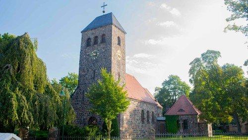 Freiluftgottesdienst mit Abendmahl neben der Dorfkirche Schönefeld
