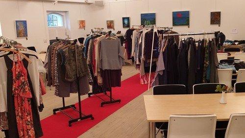 Modeshow kl 18 med en let anretning