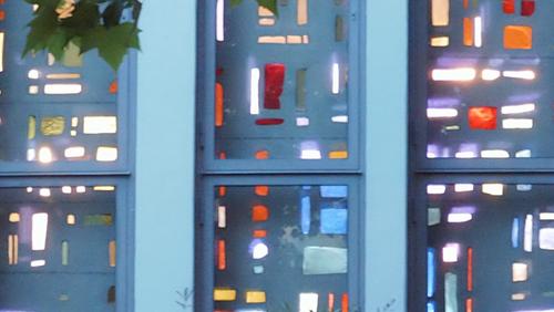 Vernissage - Letzter Blick auf die Dallglasfesterwand der Zuversichtskirche in Staaken