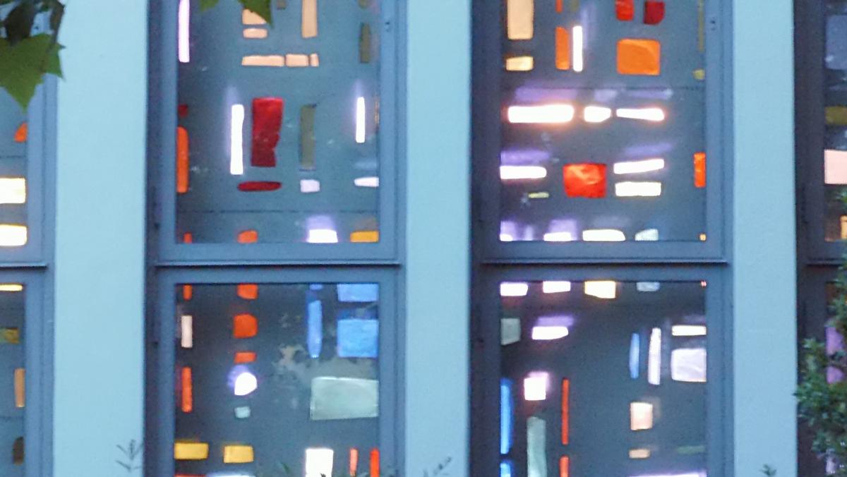 Ausstellung - Letzter Blick auf die Dallglasfesterwand der Zuversichtskirche in Staaken