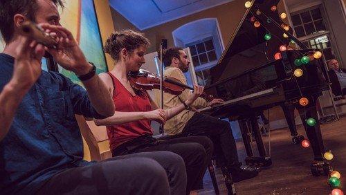 Folkemusikworkshop før interaktiv folkemusikgudstjeneste