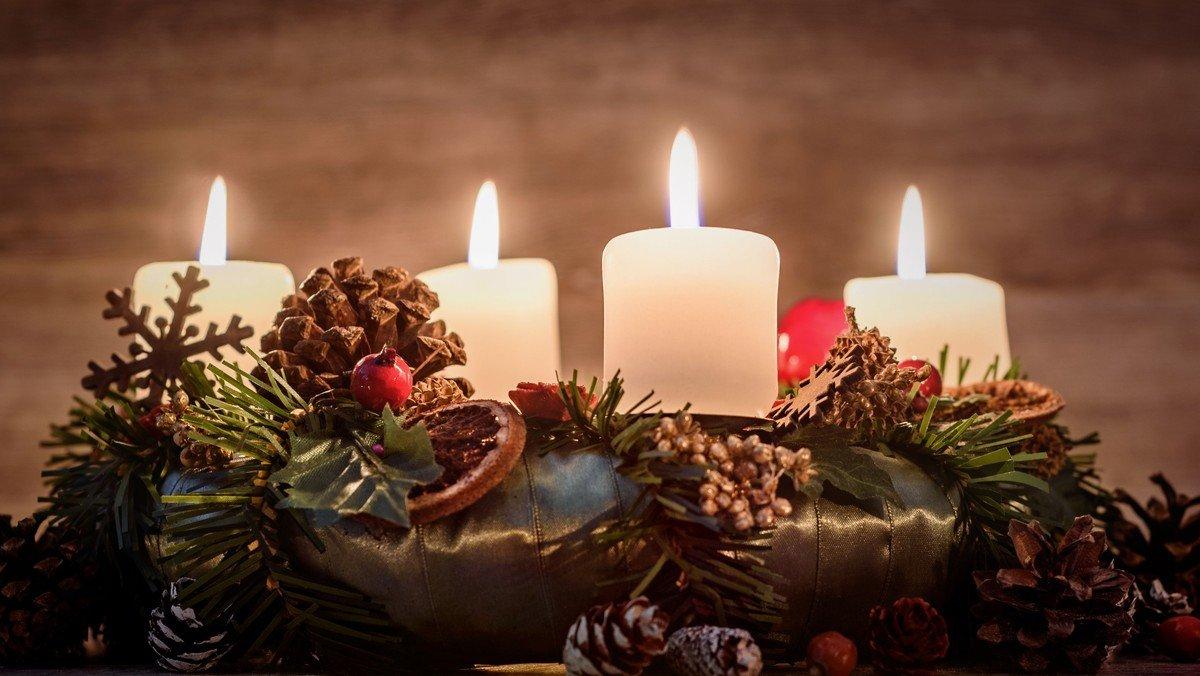 Adventsaften med æbleskiver i sognegården