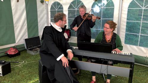 Fællessang i Astrup Præstegårdshave