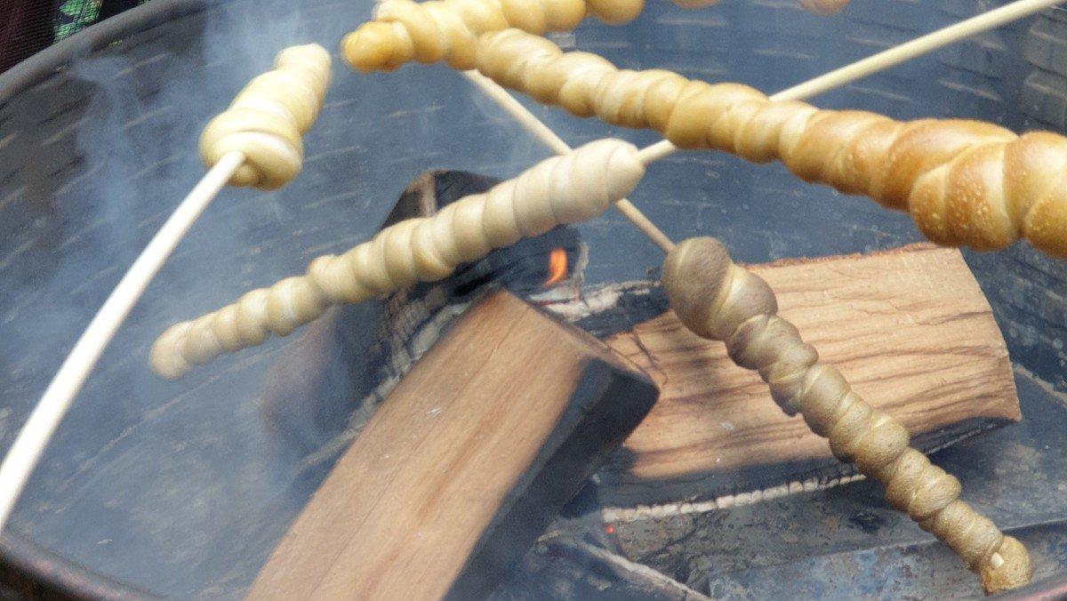 Lagerfeuer mit Stockbrot und Marshmallows