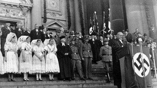 Hakenkreuze am Altar – Über die Rolle der Kirchen im NS-Regime