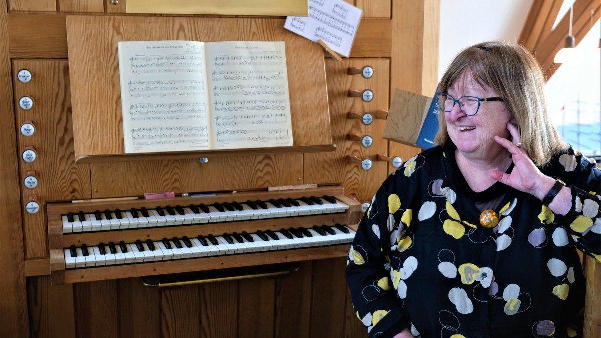"""Andagt og fredagsmøde med foredrag """"40 år som organist i Husumvold Kirke"""" / med tilmelding"""