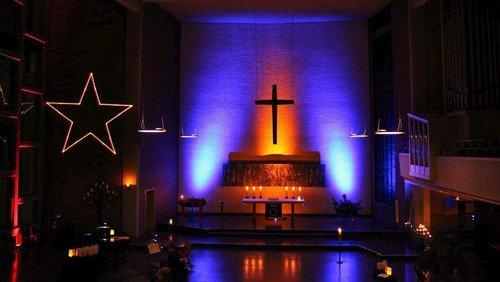 Die Christuskirche leuchtet: Licht und Schatten